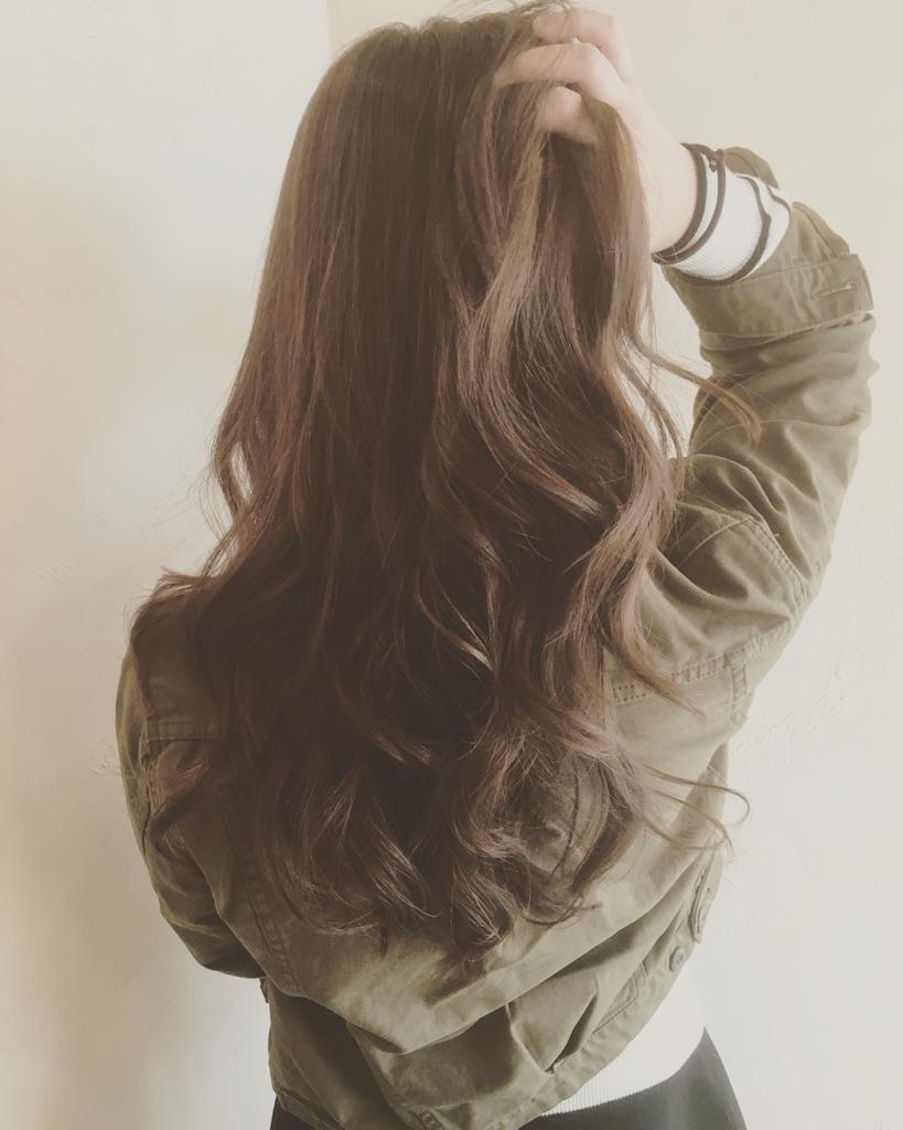 髪を搔き上げる