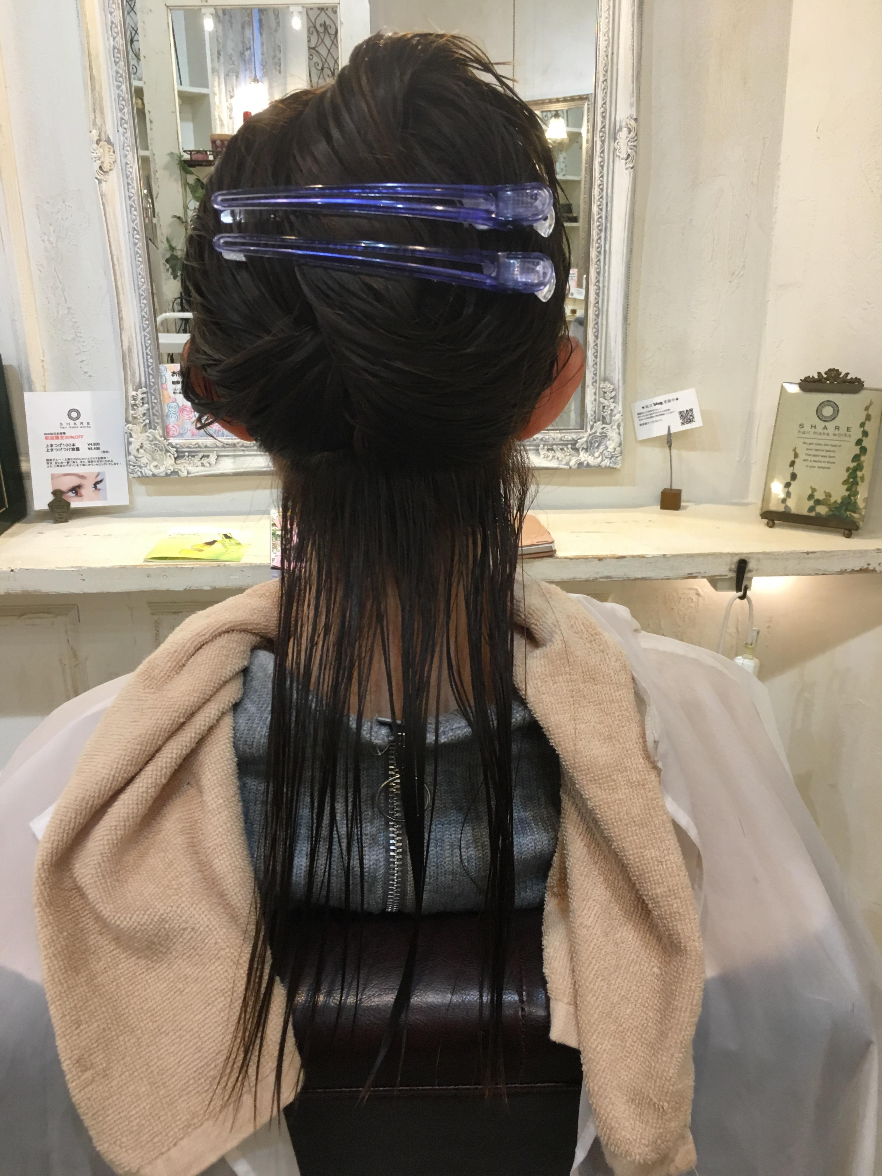 美容室で髪を切る女性
