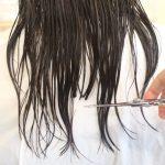 傷んだ髪の毛はカット以外で治ることはありません。